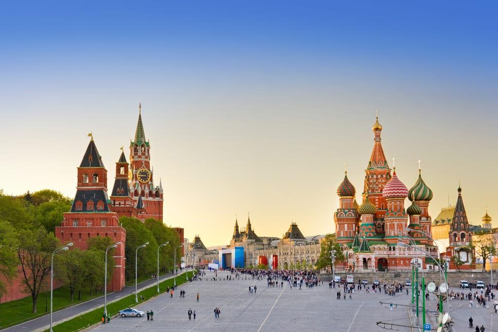 Panorama Bild vom Roten Platz in Moskau mit der Kremlmauer und der Basilius-Kathedrale