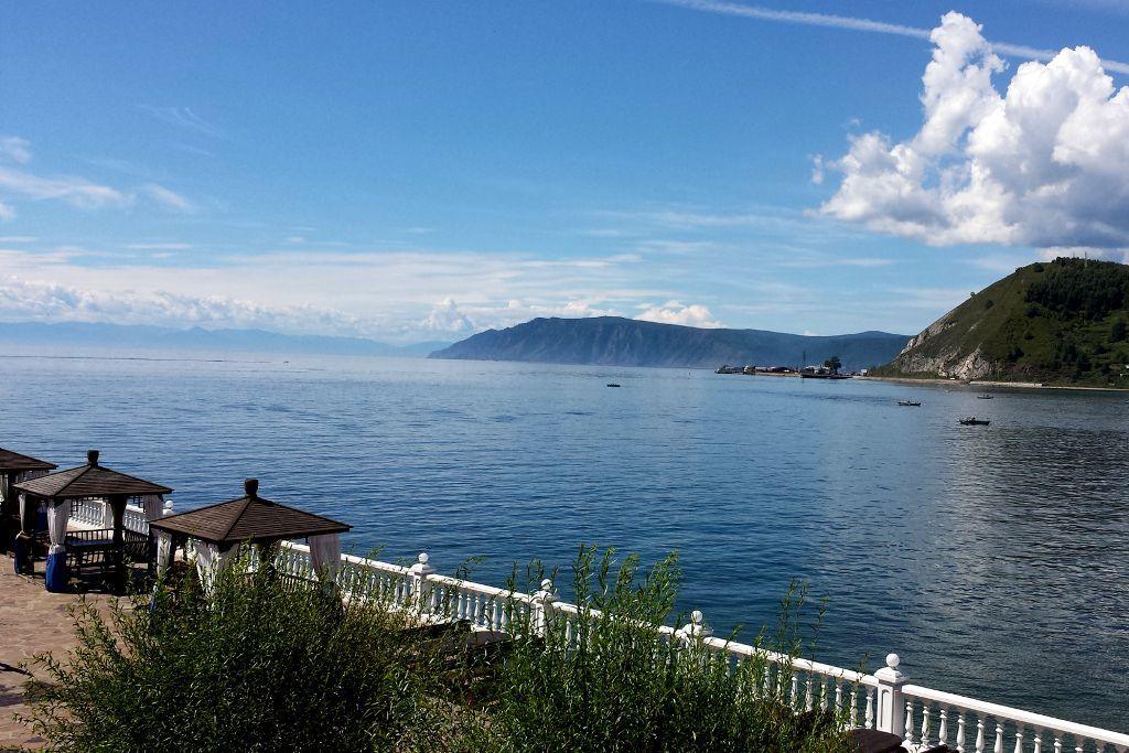 Hotel Legend of Baikal in Listwjanka mit Blick auf den Baikalsee