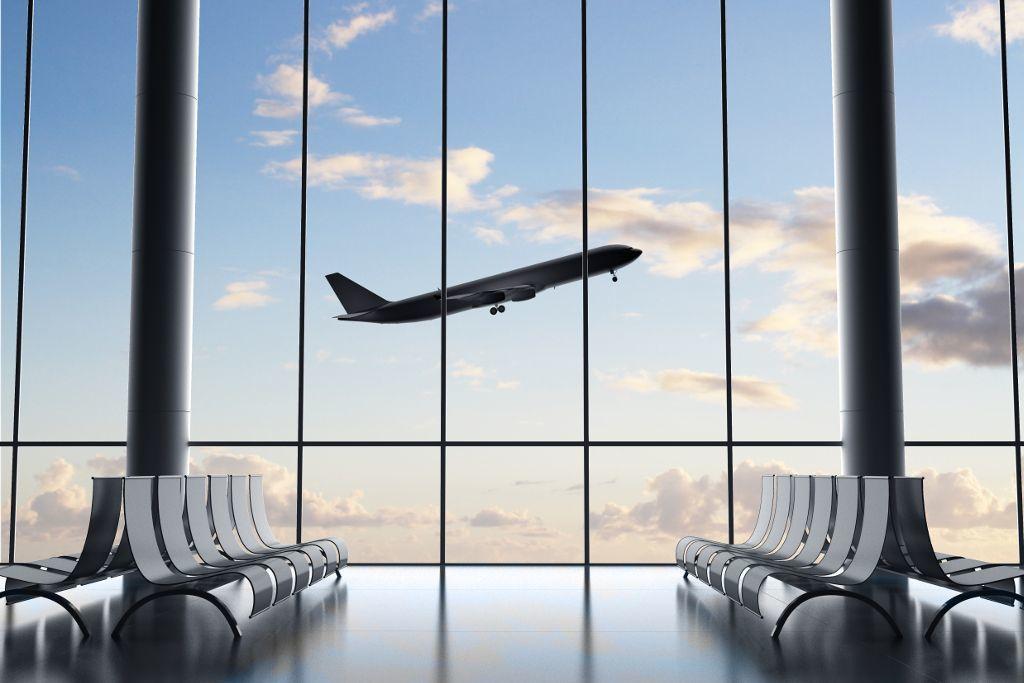 Flughafen-Terminal mit Blick auf startendes Flugzeug
