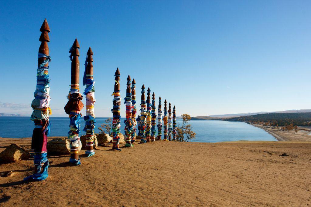 Schamanenpfähle mit bunten Bändern auf der Insel Olchon im Baikalsee