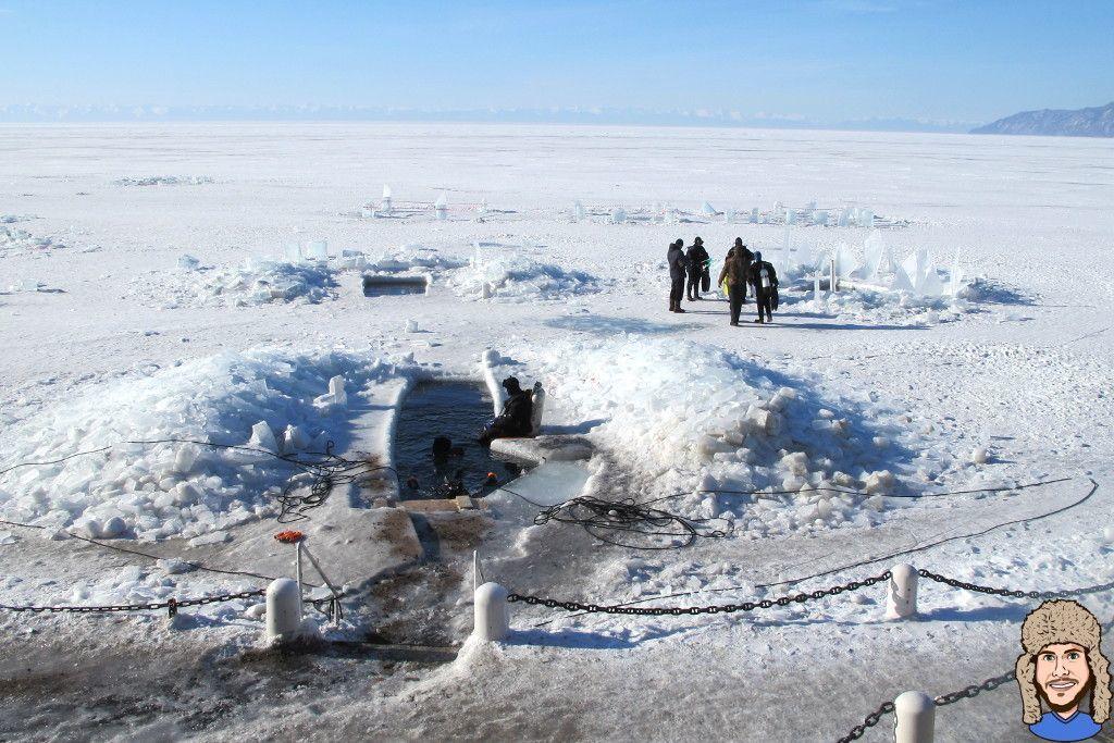 Eingangsloch im Eis des Baikalsees für den Eistauchgang