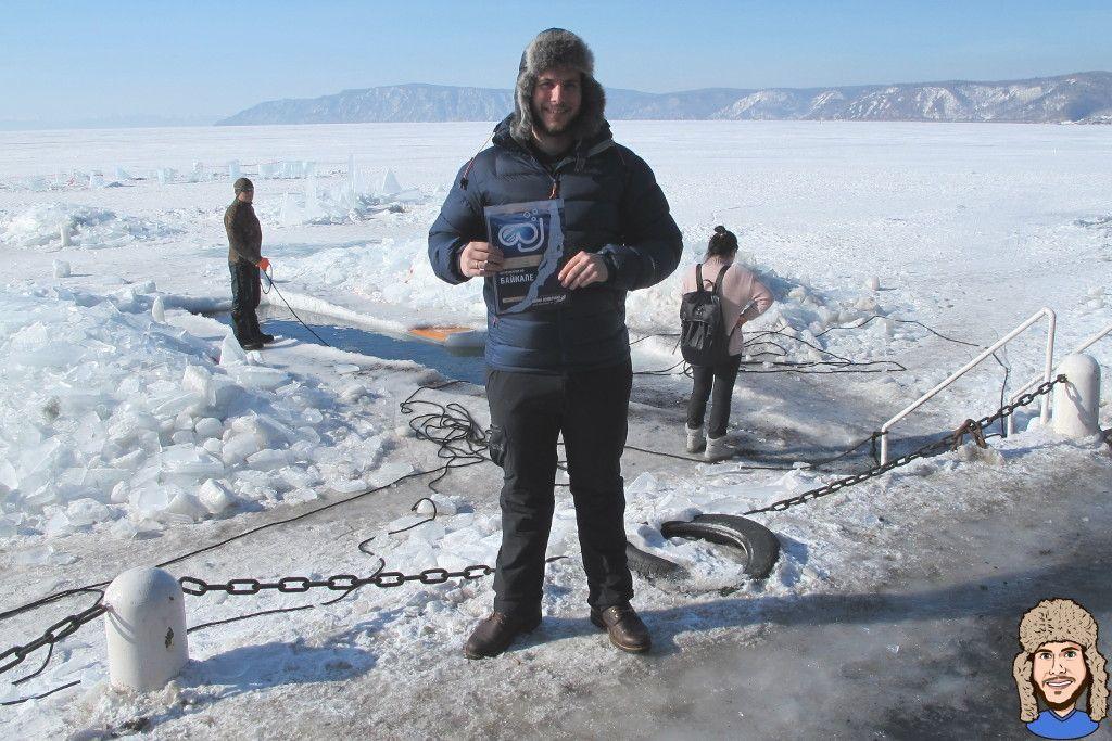 Schwabski mit Urkunde nach erfolgreichem Eistauchgang im Baikalsee