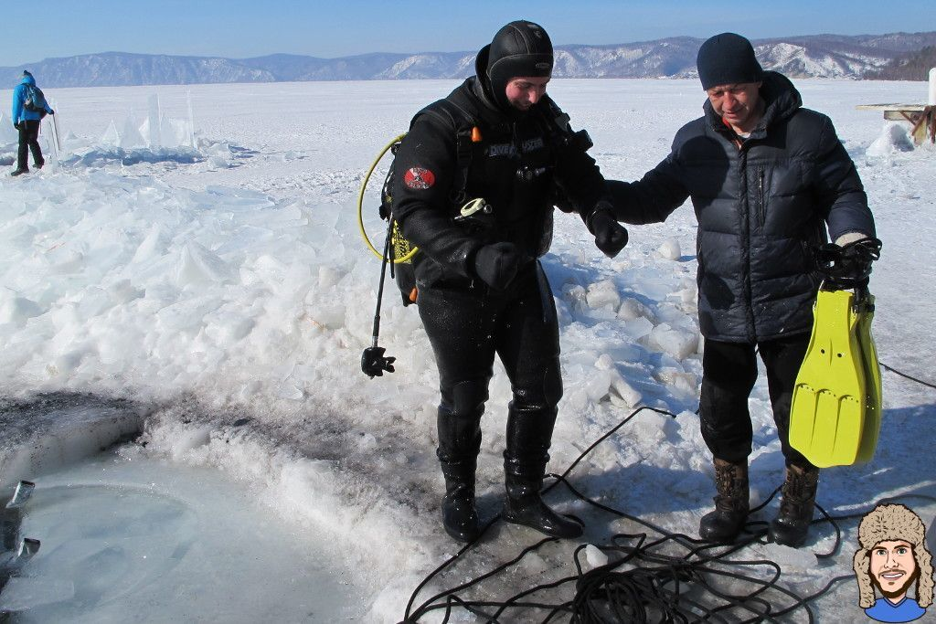 Schwabski beim Ausstieg aus dem Wasser nach dem Eistauchgang im Baikalsee