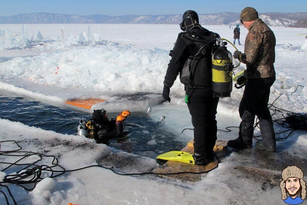 Schwabski beim Einstieg ins Wasser vor dem Eistauchgang im Baikalsee