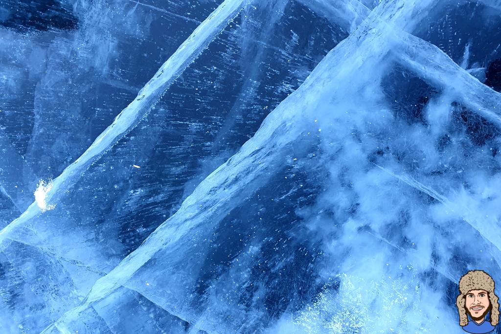 Risse im Eis des Baikalsees