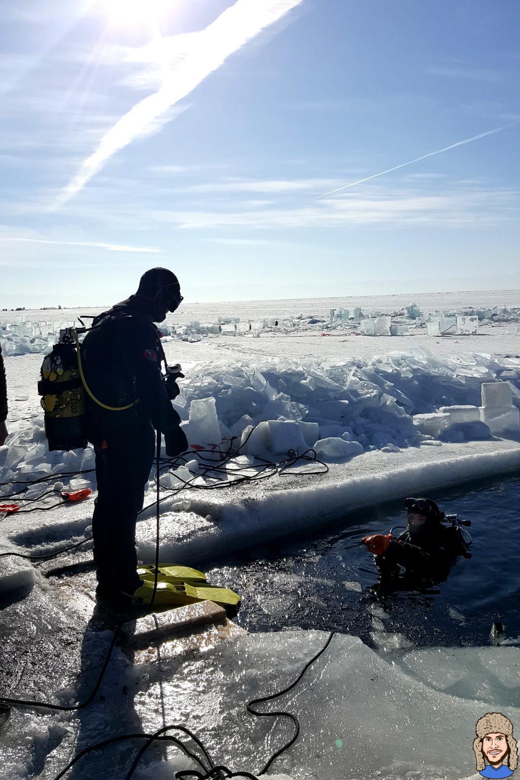 Schwabski beim Einstieg zum Eistauchen unter dem Baikalsee
