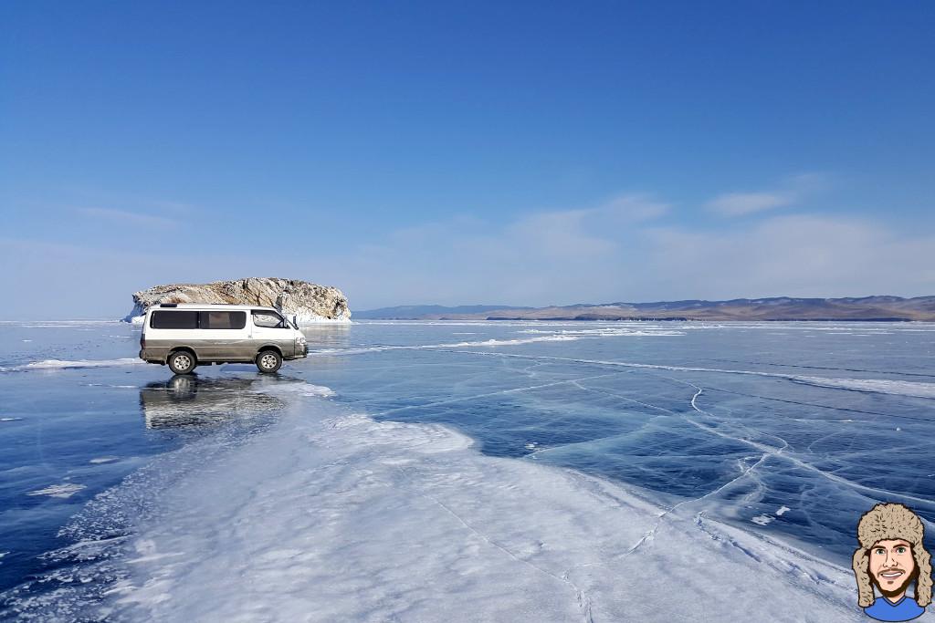 Minibus auf dem gefrorenen Baikalsee