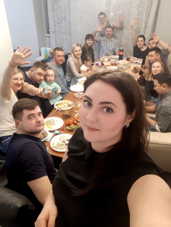 Gäste am Tisch bei einer Geburtstagsfeier in Russland