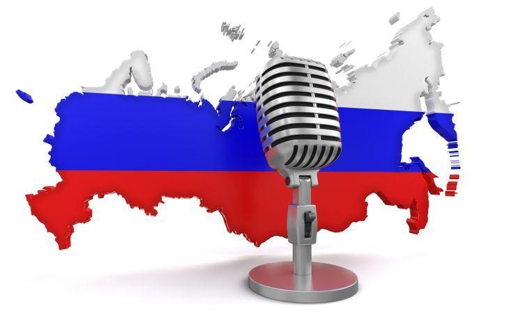Mikrofon vor einer Russland Karte