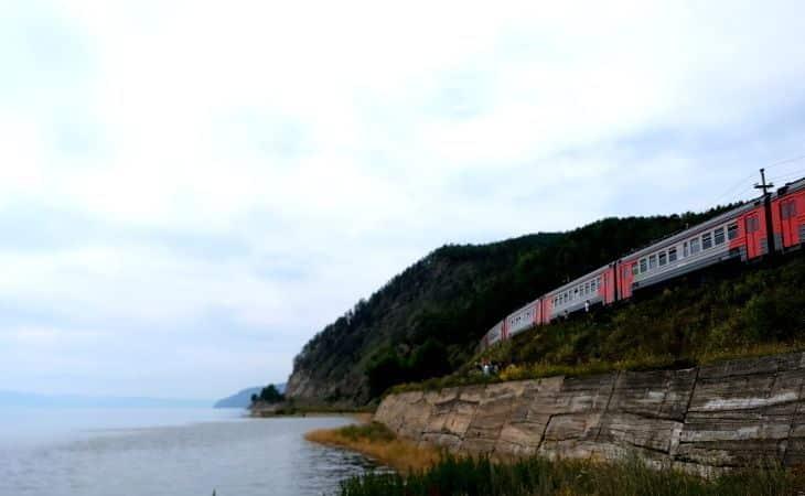 Waggons der Baikalbahn stehen am Ufer des Baikalsees