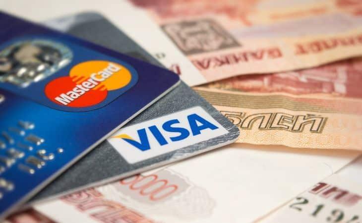 Kreditkarten liegen auf Rubel-Geldscheinen