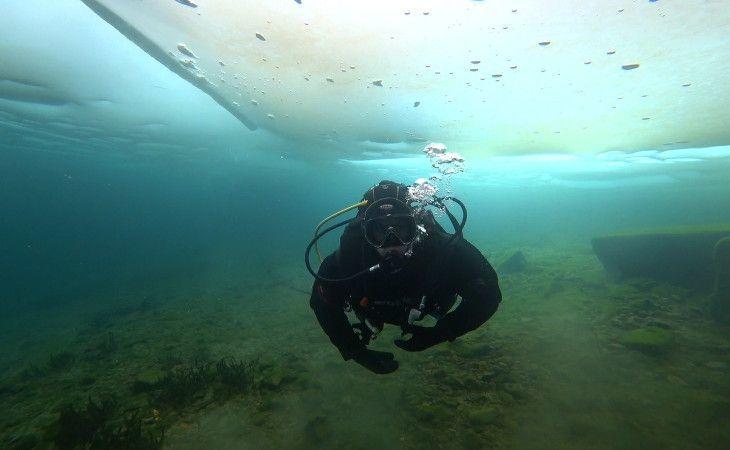 Ich beim Eistauchen im Baikalsee