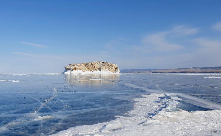 Felsinsel auf dem gefrorenen Baikalsee