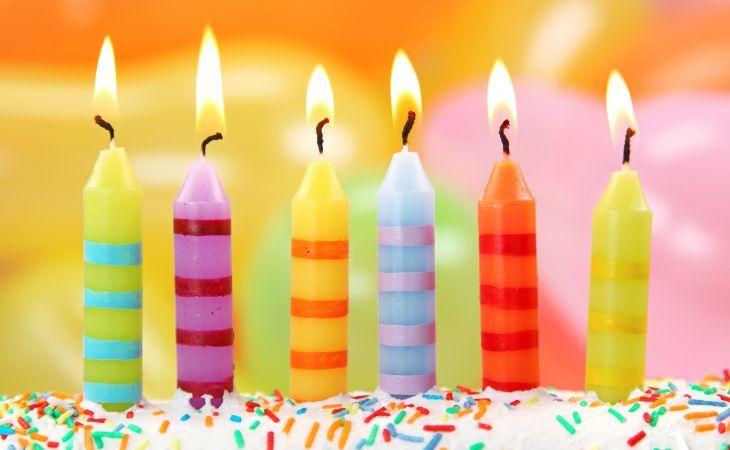 brennende Kerzen auf einer Geburtstagstorte