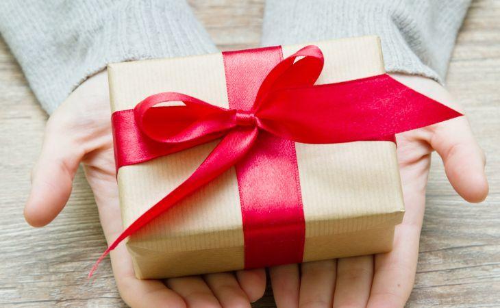 Hände die ein Geschenk halten