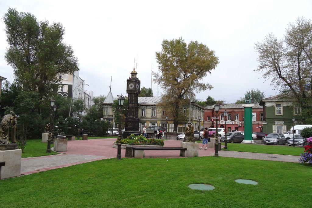 Park mit Skulpturen an der grünen Linie in Irkutsk