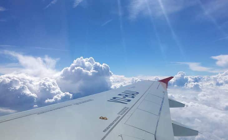 Flugzeug über den Wolken bei Sonnenschein