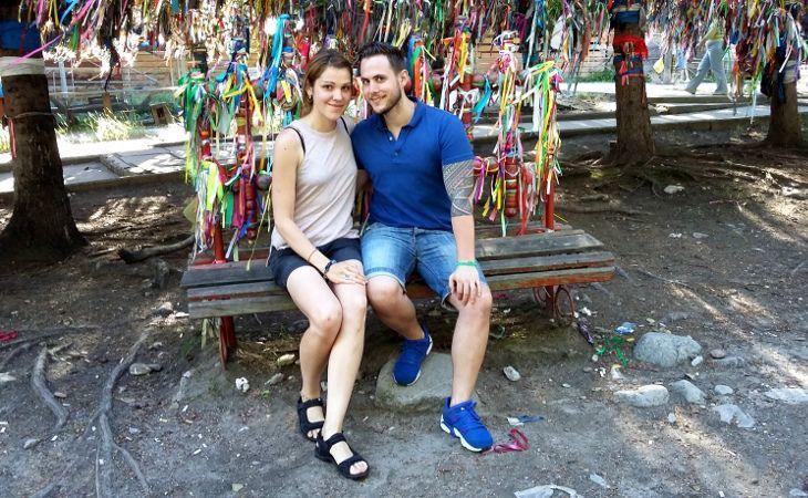 Schwabski auf einer Holzbank mit bunden Bändern im Hintergrund in Arschan