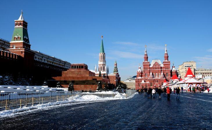 Roter Platz im Winter mit der Kremlmauer und dem historischen Museum