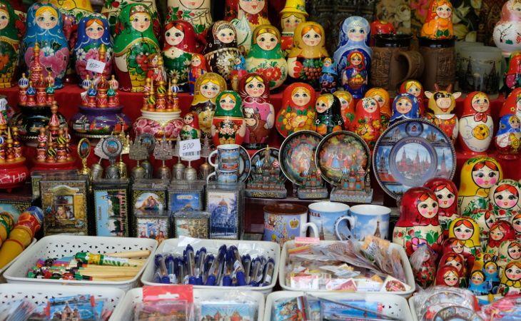 russische Souvenirs in einem Verkaufsstand auf dem Roten Platz in Moskau