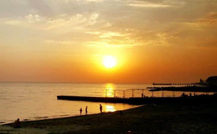 Aussicht auf das Schwarze Meer in Sotschi zum Sonnenuntergang