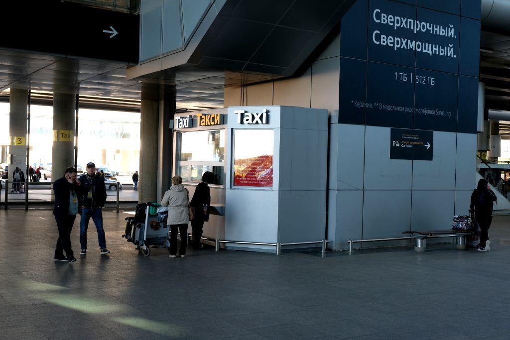 Taxistand am Ausgang des Flughafens Pulkowo in Sankt Petersburg