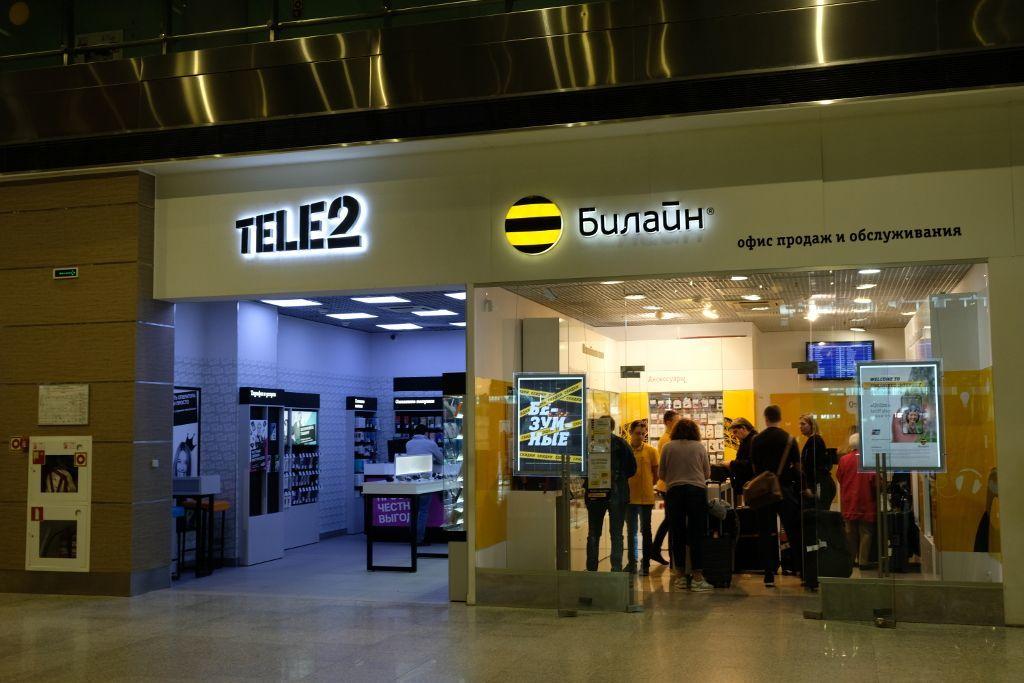 Mobilfunkanbieter Tele 2 und Beeline in der Ankunftshalle des Flughafen Pulkowo in Sankt Petersburg