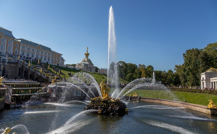Springbrunnen Samson im unterer Park des Schlosses Peterhof bei Sankt Petersburg