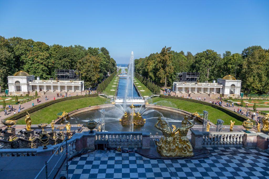 Unterer Park des Schlosses Peterhof bei Sankt Petersburg