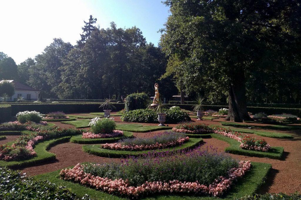 Garten im Schloss Peterhof bei Sankt Petersburg