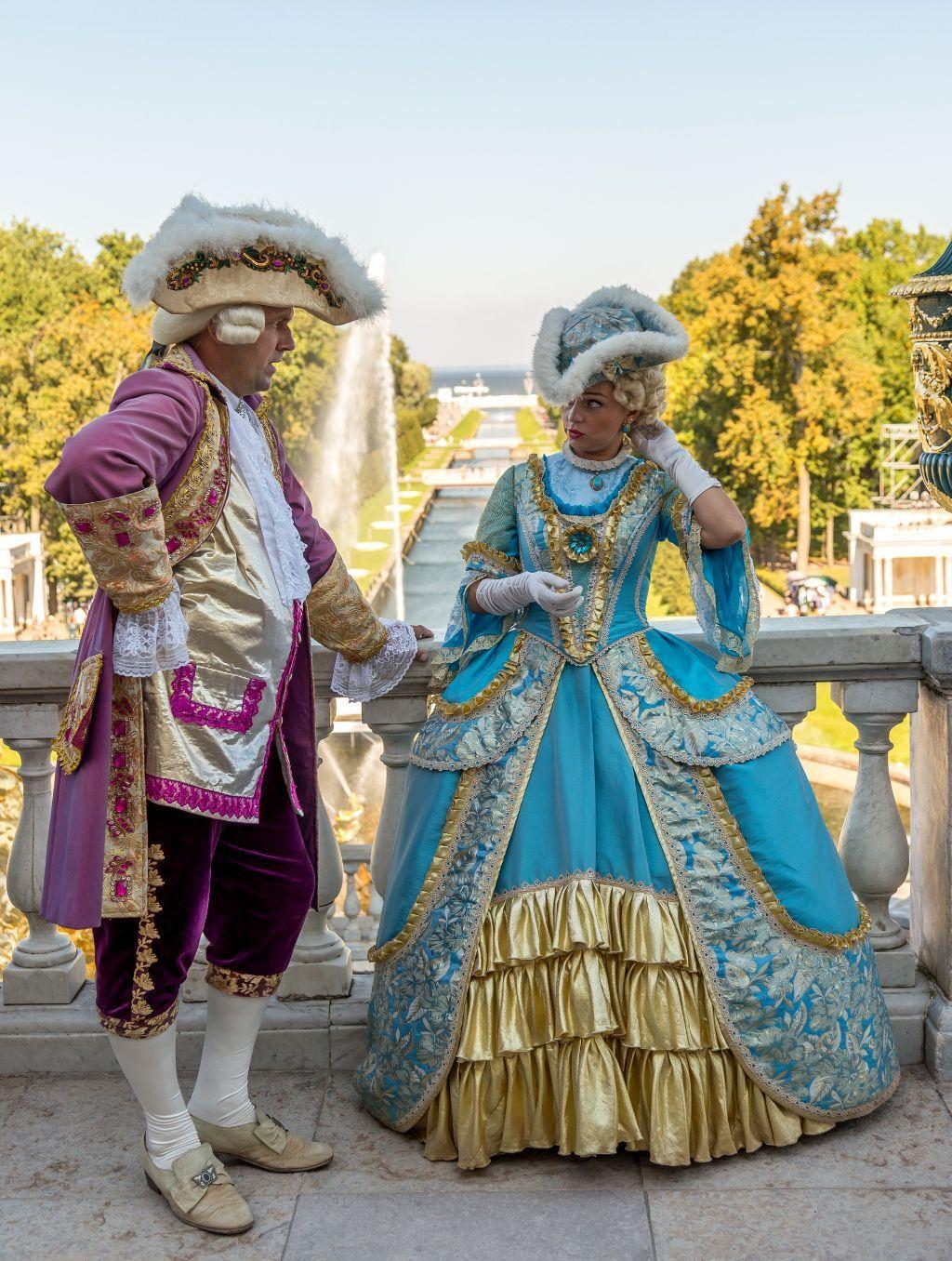 Schauspieler in traditionellen Gewändern im Schloss Peterhof bei Sankt Petersburg