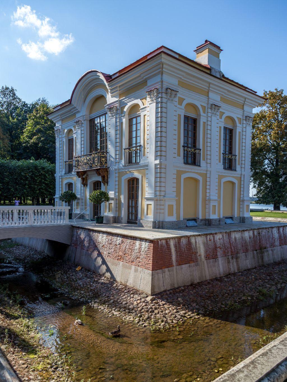 Hermitage Pavillon im unteren Park des Schlosses Peterhof bei Sankt Petersburg