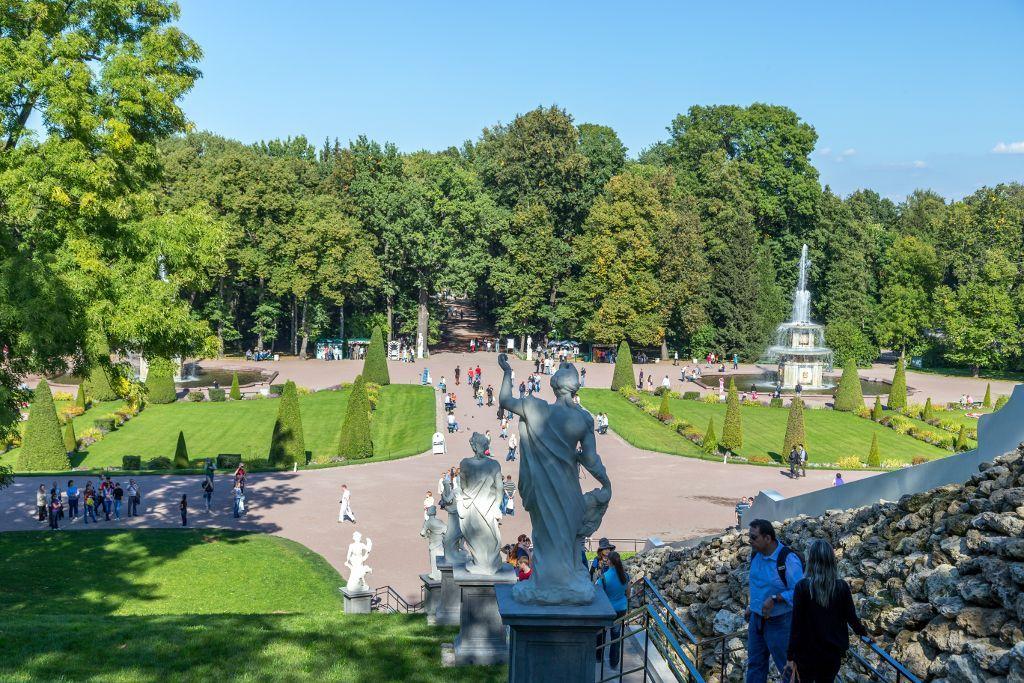 Blick vom Schachberg auf den unteren Park des Schlosses Peterhof bei Sankt Petersburg
