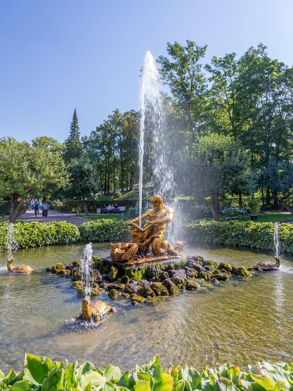 "Springbrunnen ""Triton"" im unteren Park des Schlosses Peterhof bei Sankt Petersburg"