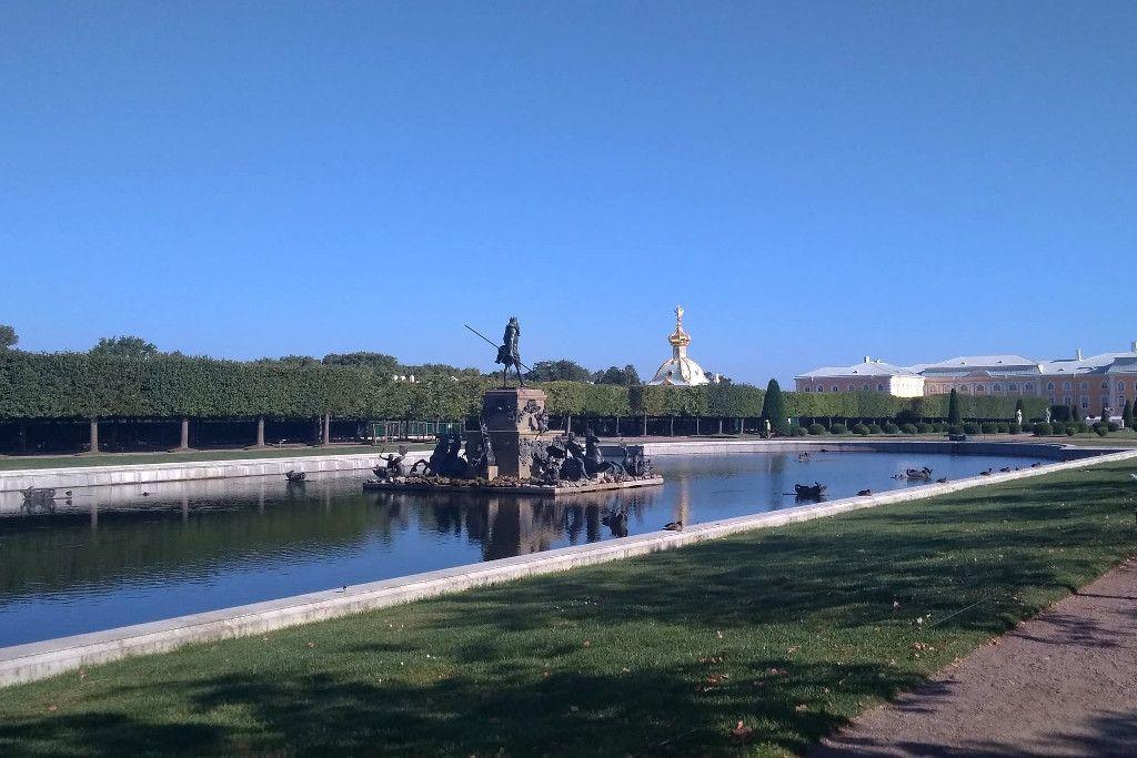 Der Neptunbrunnen im Oberen Garten im Schloss Peterhof bei Sankt Petersburg