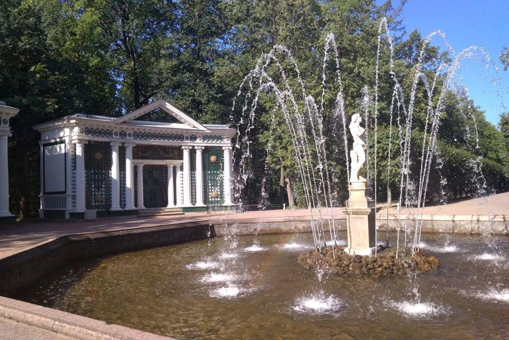 "Springbrunnen ""Adam und Eva"" im Schloss Peterhof bei Sankt Petersburg"