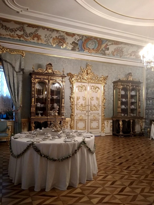"""Saal im Palast """"Monplaisir"""" im unteren Park des Schlosses Peterhof bei Sankt Petersburg"""