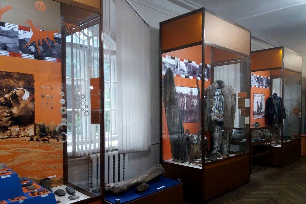 Ausstellungskästen traditioneller Gewänder im Heimatkundemuseum