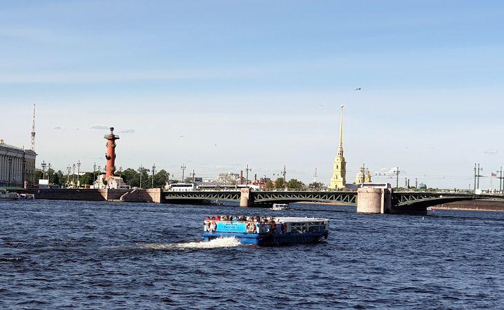 Boot auf der Newa neben der Schlossbrücke