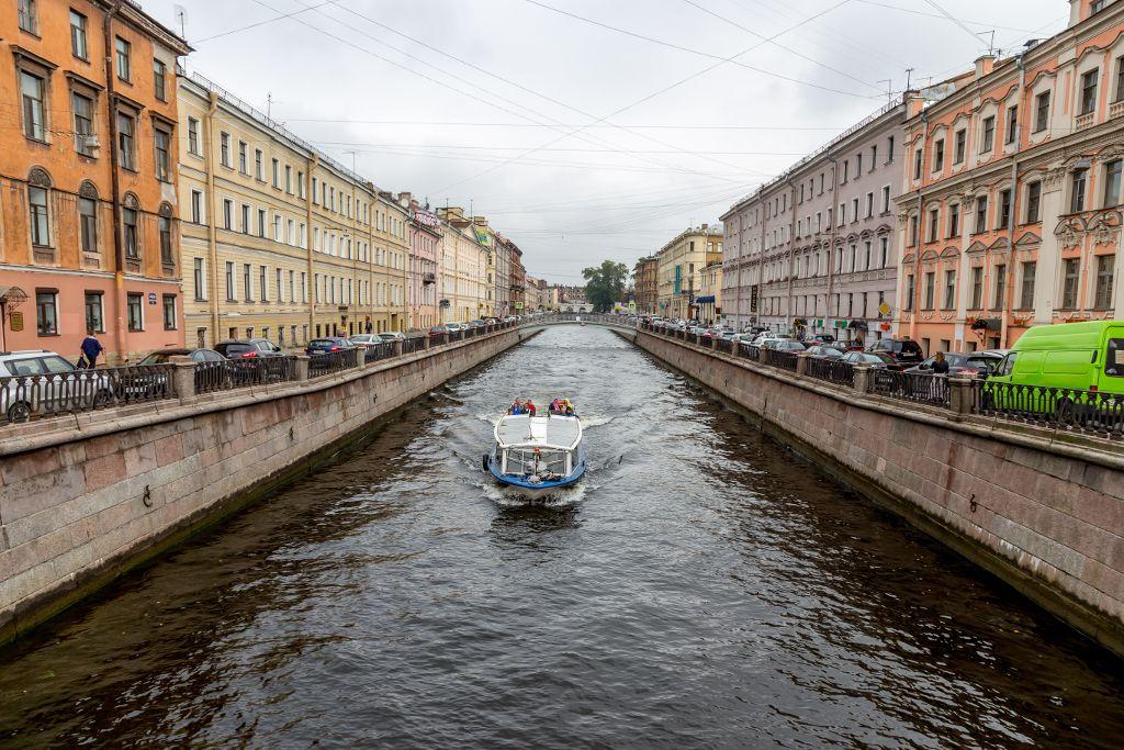 Boot auf einem Kanal in Sankt Petersburg