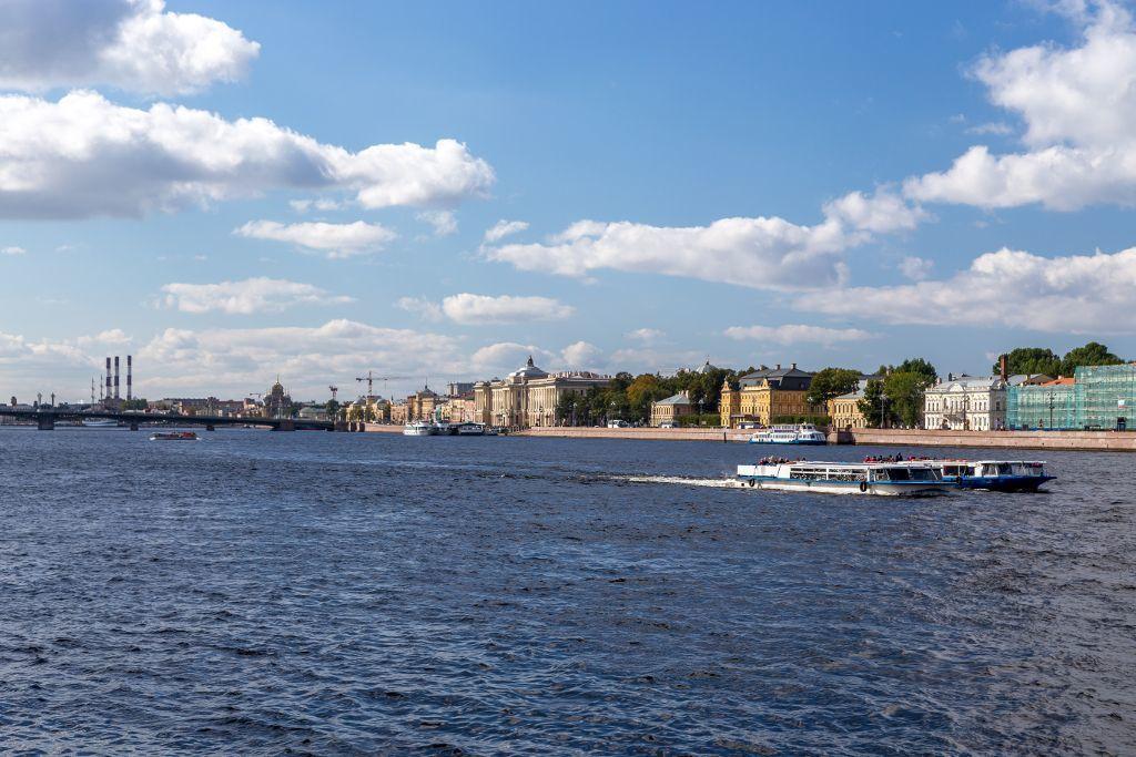 Boote auf der Newa bei der Admiralität