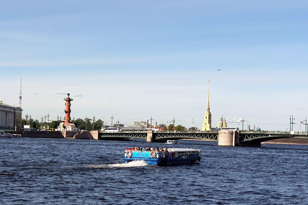 Boot auf der Newa in Sankt Petersburg