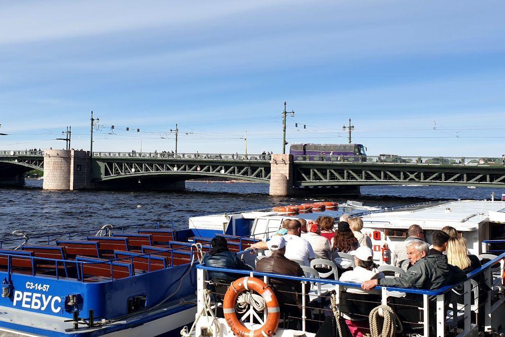 Boote auf der Newa in Sankt Petersburg