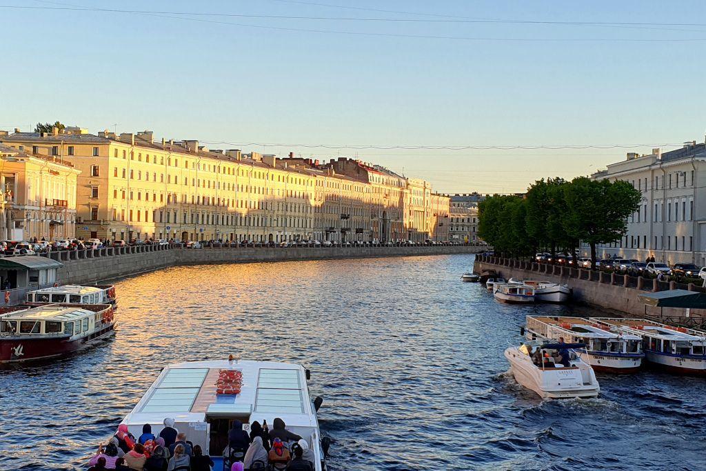Boote auf einem Kanal in Sankt Petersburg