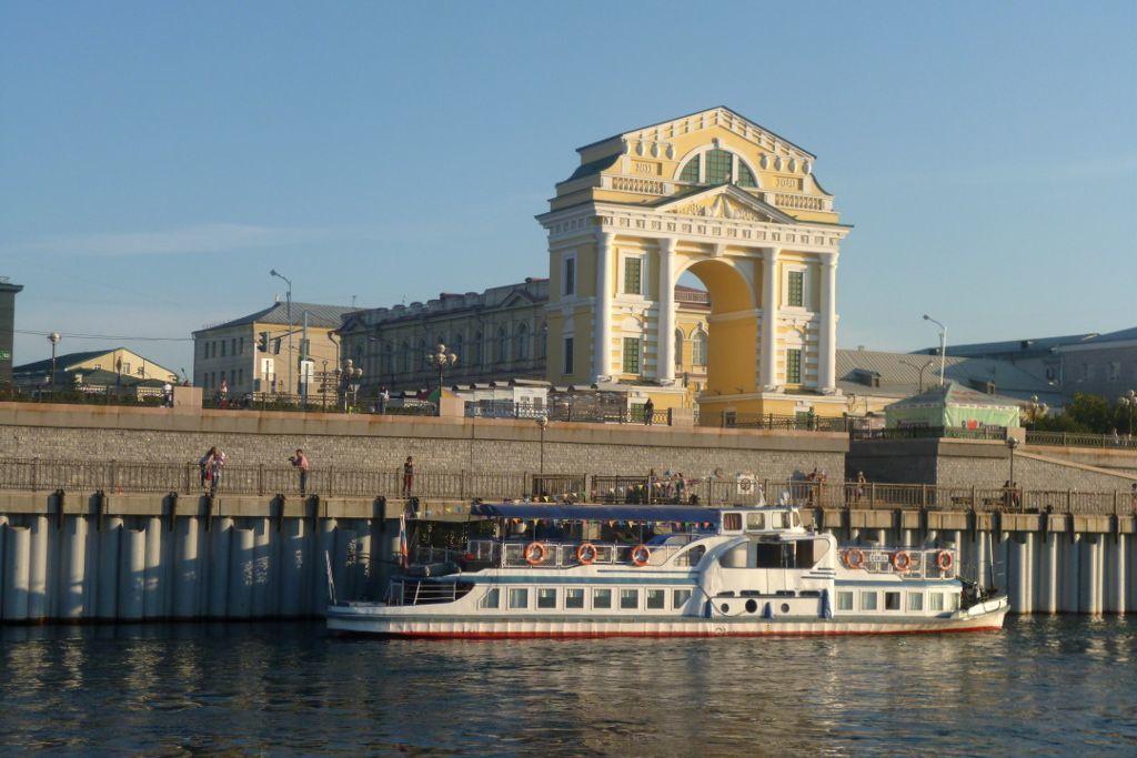 Bootanlegestelle an der unterne Promenade in Irkutsk neben dem Moskauer Tor