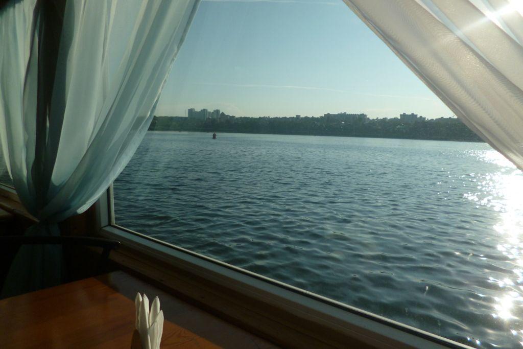 Blick aus dem Fenster während einer Bootsfahrt auf der Angara in Irkutsk