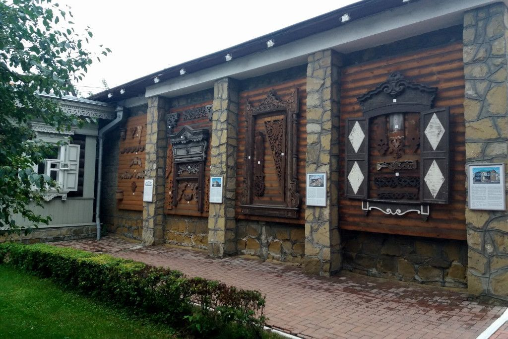 Beispiele von Verzierungen an Holzhäusern in Irkutsk
