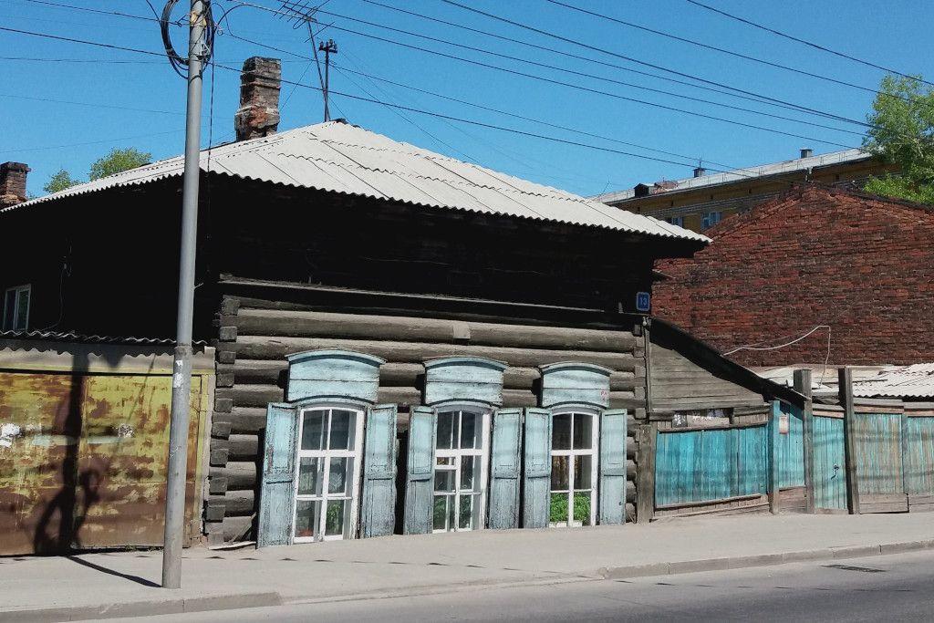 abgesunkenes Holzhaus in Irkutsk