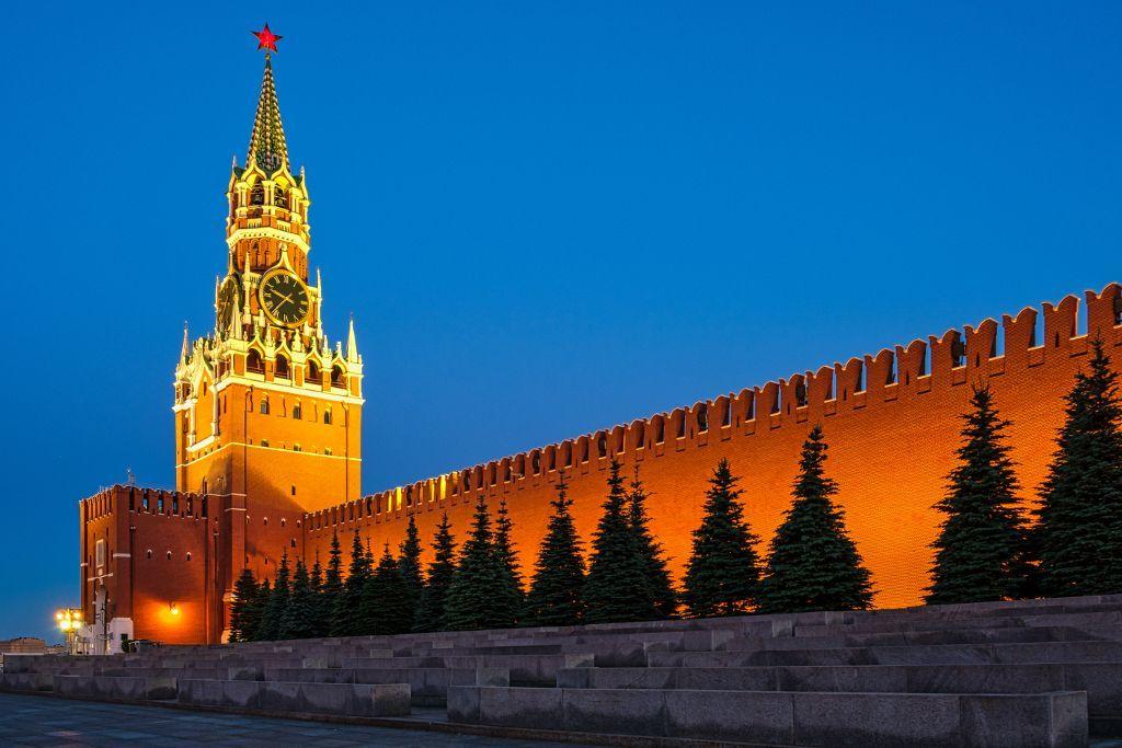 Die Kremlmauer vom Roten Platz aus am Abend