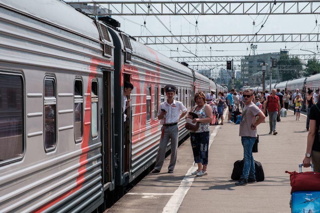 Russischer Zug im Bahnhof von Moskau nach Wolgograd